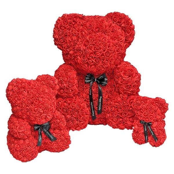 Oso hecho de foam cubierto de rosas de goma eva con lazo en el pecho en un estuche transparente con peana y tapa.